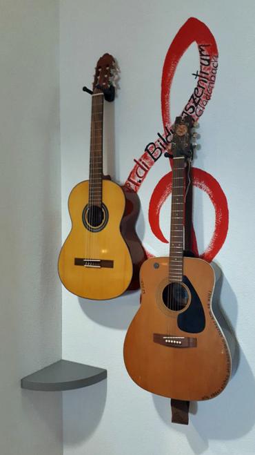 Gitarren im Bildungszentrum